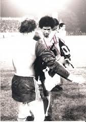 ÖFB-Teamspieler und Torschütze Helmut Köglberger beim Dressentausch mit einem Eidgenossen. Österreich schlägt die Schweiz 1976 mit 3 : 1. Foto: oepb