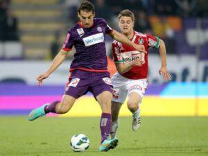 Kaja Rogulj (links, Austria Wien) schirmt geschickt vor Markus Hammerer (SV Ried) den Ball ab. Foto: GEPA