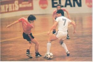 Peter Werner (Simmering, Nr. 6) hat gegen Alfred Drabits (Austria, Nr. 7) mit 5 : 2 das Nachsehen. Im Hintergrund Heinrich Strasser. Turnier 1982/83.