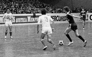 Herbert Prohaska (Austria, dunkle Dress) streichelt den Ball in seinem Wohnzimmer gegenüber Helmut Kirisits (RAPID, Nr. 8) und Paul Pawlek, 6 : 2, Turnier 1978/79.