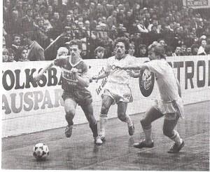 Egal ob dicht gedrängt und hautnah am Rande der Bande (Andreas Resinger, FavAC, gegen Norbert Schleimer und Wilhelm Bohusek, beide Vienna, 5 : 6, Turnier 1983/84) ...
