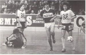 Felix Gasselich (Austria, Bildmitte) narrte wieder einmal alle. Hubert Baumgartner (Admira/Wacker, am Boden) sowie Helmut Graf und Manfred Zsak haben das Nachsehen, 6 : 1, Turnier 1982/83.