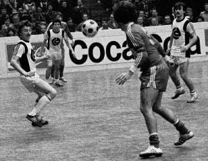 V.l.: Norbert Lichtenegger, Karl Brauneder und Walter Müllner (alle Wiener Sport-Club) gegen den Simmering-Kapitän Ernst Dokupil, 1 : 3, Turnier 1978/79.