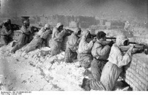 Infanteristen auf einem Dach während der Kämpfe um Stalingrad. Foto: Allg. Deutscher Nachrichtendienst