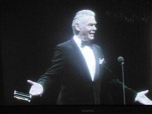 So kannte und liebte ihn sein Publikum: Heinz Conrads stand stets humorvoll und gut gekleidet im Smoking auf der Bühne.