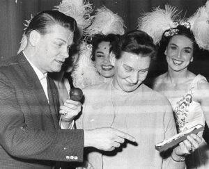 Heinz Conrads fungierte als Conferencier bei der Überreichung eines Preises an die millionste Besucherin der Wiener Eisrevue. Im Bild neben der Ausgezeichneten die populären österreichischen Eisrevue-Stars Emmy Puzinger (links, EM-Dritte 1937 und 1938), sowie Eva Pawlik (rechts, Europameisterin 1949 und Vize-Olympiasiegerin 1948).