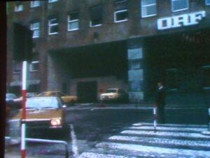 Conrads parkt seinen OPEL an einem Sonntag Morgen vor dem Wiener Funkhaus in der Argentinierstraße.