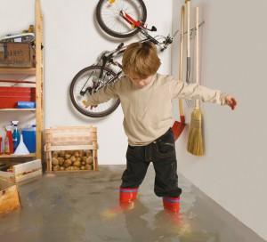 Was für Kinder lustig erscheint, nämlich in Gummistieferln im Keller herumzuplantschen, ist für die Eltern und Hausbesitzer eine große Katastrophe. Zerstörte Kellerräume, durchnässte Hauswände, feuchte Fußböden und Möbelstücke, sowie Schimmel an den Wänden ziehen eine aufwändige und vor allem kostspielige Reparatur nach sich. Foto: ACO