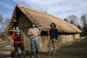 V.L.: Die Experimental-archäologen Bettina Fabian, Wolfgang Lobisser und Manuel Kofler. Foto: NÖLA flom