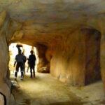 Erlebnispfad durch den Höhlendurchgang. Foto: oepb.