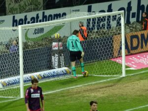 Innsbruck-Keeper Szabolcs Safar nach dem unglücklichen Eigentor zum 0 : 2. Foto: oepb