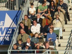 """Der Schirmherr der """"Heute für Morgen"""" Ersten Liga, Herbert Prohaska (weißes Hemd, Sonnenbrille) beim Besuch eines Vienna-Matches auf der Hohen Warte. """"Schneckerls"""" Vater war glühender Vienna-Anhänger gewesen. Foto: oepb"""