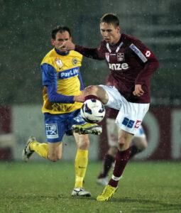 Der Slowene David Poljanec in Reihen des FC Blau-Weiß Linz (roter Dress) vergab den Matchball. Foto: Bernd Speta