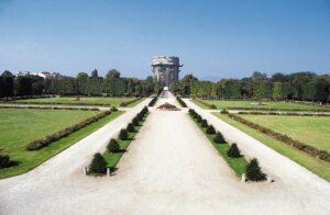 Der Augarten - Parterre-Blick mit Flakturm - ist Wiens ältester erhaltener Barockgarten. Durch Kaiser Ferdinand III. im Jahre 1650 errichtet, wurde er 1712 im Auftrag von Kaiser Karl VI. durch Jean Trehet in seiner heutigen Form auf 52,2 ha gestaltet. Foto: Michalski