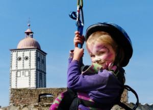 Die kleine Luise aus St. Pölten beim Erklimmen der Kletterwand im historischen Garten der Schallaburg. Foto: Pressefoto Lackinger