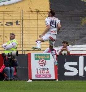 Akrobat schön! FAK-Kapitän Manuel Ortlechner bejubelt seine Bundesliga-Treffer auf seine für ihn so typische Art und Weise. Foto: GEPA