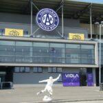 Blick auf die Osttribüne samt Viola Pub anno 2009 des Franz Horr-Stadions zu Wien-Favoriten. Im Vordergrund: Erz-Violetter Matthias Sindelar. Foto: oepb