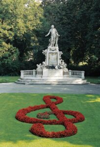 Im Burggarten steht ein Denkmal an Wolfgang Amadeus Mozart, am St. Marxer Friedhof in Wien III/Landstraße liegt er begraben. Foto: Michalski