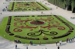 Das große Blumenparterre vor dem Schloss Schönbrunn ist der repräsentative Teil barocker Gartenanlagen. Foto: Michalski