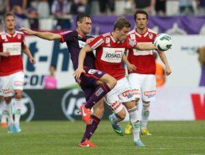 James Holland (violetter Dress) verlängerte seinen Vertrag bei der Austria sehr zur Freude von Trainer Peter Stöger bis 2015. Foto: GEPA