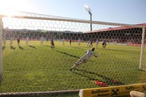 Alexander Grünwald verwertet zum 2 : 0. Foto: Felly/FAK