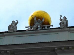 Der griechische Gott Tellus steht für die Erde und hält am Dach der Österr. Nationalbibliothek die Weltkugel. Neben ihm die Gottheiten Geometrie und Geografie. Foto: oepb