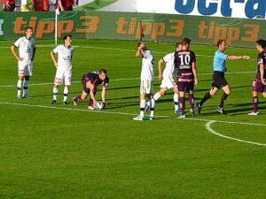 Schiedsrichter Oliver Drachta (hellblaues Trikot) entschied nach Foul an Alexander Gorgon (am Ball) sofort auf Strafstoß. Foto: oepb