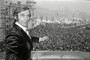 Der von den Olympischen Spielen ausgeschlossene Karl Schranz am Bundeskanzleramt-Balkon am Wiener Ballhausplatz. Foto: Fritz Kern, 8. Feber 1972