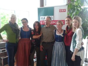 """v.l.: Roswitha Terkl (ORF/Radio Steiermark), Gabriele Schaar (Hoteldirektorin Spirodom), Gisi Hafner (Moderatorin Wurlitzer), Andreas Hollinger (Pressechef Nationalpark Gesäuse), Julia Reichenfelser (Empfangschefin Spirodom), Kathrin Wolf (Leitung """"Kultur & Tourismus"""" Stift Admont), Petra Berghofer (Marketingleitung Spirodom)."""