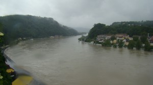 Blick auf die Franz Josefs-Warte (links oben) und die Urfahrwänd (rechts). Von stromaufwärts aus Passau schwimmt nichts Gutes nach Linz. Foto: oepb