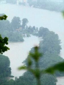 Wassermassen, soweit das Auge reicht. Der gestrige Blick vom Leopoldsberg in Richtung Klosterneuburg verhieß nichts Gutes. Foto: oepb