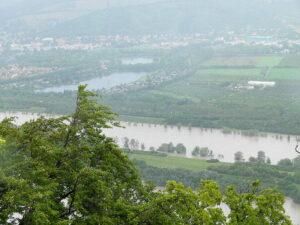 Die Wehr der Neuen Donau bei Langenzersdorf wurde geöffnet und das vermehrte Wasseraufkommen umgeleitet. Im Hintergrund erstreckt sich das Erholungsgebiet Seeschlacht. Foto: oepb