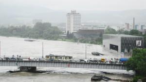 Der Verkehr über die Nibelungenbrücke kam heute oftmals zum Erliegen. Blick auf Lentos (Vordergrund, rechts), Brucknerhaus und Arcotel. Foto: oepb