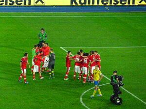 Nach getaner Arbeit ist gut jubeln, während einsam Zlatan Ibrahimovic von dannen zieht. Foto: oepb