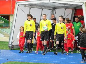 Schiedsrichter Mag. Simon Zaniewski (Bildmitte) führte mit seinen Assistenten Patrick Orlet (rechts) und Mile Lukic die Teams aufs Feld. Foto: oepb