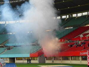 Nach dem Ausgleich stieg im Viktoria-Block Weißer Rauch auf. Foto: oepb