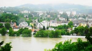 Der Pöstlingberg als Linzer Wahrzeichen glänzt durch Abwesenheit, die Obere Donaustraße ist geflutet. Foto: oepb