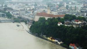 Blick auf das Linzer Schloss, die teilweise überschwemmte Altstadt und den gesperrten Römerberg-Tunnel. Foto: oepb