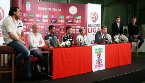 Neben den 10 BL-Trainern gaben auch 10 Aktive der jeweiligen Erstliga-Teams kurze Statements zur neuen Saison ab. V.l.: Szabor Safar (Wacker Innsbruck), Thomas Gebauer (SV Ried), Dennis Mimm (SC Wiener Neustadt), Ione Cabrera (SV Grödig), Steffen Hofmann (RAPID Wien), Kevin Kampl (RB Salzburg), Michael Sollbauer (Wolfsberger AC), Manuel Ortlechner (verdeckt, FK Austria Wien), Richard Windbichler (Admira/Wacker) und Andreas Hölzl (SK Sturm Graz). Foto: GEPA