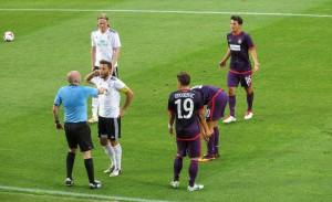 Kapitän Snorrason interveniert zwar, jedoch Gudmann Torisson (Haarband) erhält Gelb nach einem bösen Foul an Jun. Stankovic, Grünwald und Hosiner hätten sich jedoch auch Rot vorstellen können. Foto: oepb