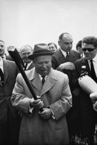 Nikita Chruschtschow mit einer Axt beim Pariser Gipfel, 1960. Foto: Erich Lessing / ÖNB