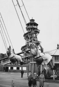 Wiener Nachkriegsleben: Krankenschwestern auf einem Ringelspiel im Prater anno 1954. Foto: Erich Lessing / ÖNB