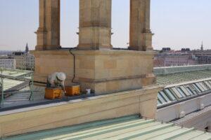 Imker Felix Munk stellt die Bienenstöcke am Dach des Naturhistorischen Museums auf. Foto: NHM, Hisham Momen