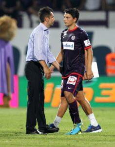 Ein enttäuschter Philipp Hosiner wird von FAK-Trainer Nenad Bjelica vom Feld geholt. Foto: GEPA