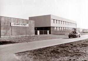 Im Kleinen fing es 1966 an. Bis 2012 sah der Haupteingang von Internorm in Traun den seinerzeitigen Anfängen sehr ähnlich, dann folgte der Um- und Erweiterungsbau. Foto: Internorm