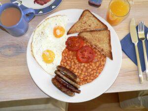 ... typisch deftiges Breakfast in Großbritannien, es ist nicht erwiesen, ob ein Zuviel oder Zuwenig des Frühstückes gesundheits-förderlich oder aber -schädlich ist. Foto: RJH 1962