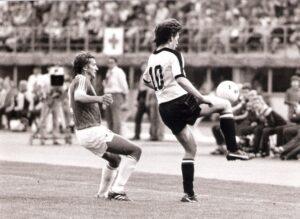 Felix Gasselich (rechts) gegen Wolfgang Dremmler (BRD). Österreich und Deutschland trennen sich am 27. 4. 1983 in Wien vor 60.000 Besuchern 0 : 0.