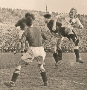 Fritz Szepan (rechts) gegen drei Österreicher