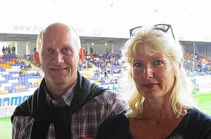 Gerald Piesinger (mit Gattin), in den 1980er Jahren in der Bundesliga selbst in 218 Spielen für den LASK und Vorwärts Steyr aktiv, gilt als Förderer, aber auch Kritiker seinen Sohnes Simon, der derzeit bei Wacker Innsbruck unter Vertrag steht. Aus gegebenem Anlass: Piesinger sen. stand auch in jener ÖFB-Elf, die am 29. Oktober 1986 Deutschland mit 4 : 1 aus dem Wiener Stadion schoss. Foto: oepb