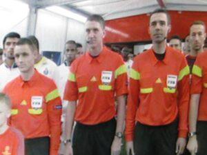 Der schottische Referee Craig Thomson (Bildmitte) führte um 20.40 Uhr beide Teams aufs Feld.
